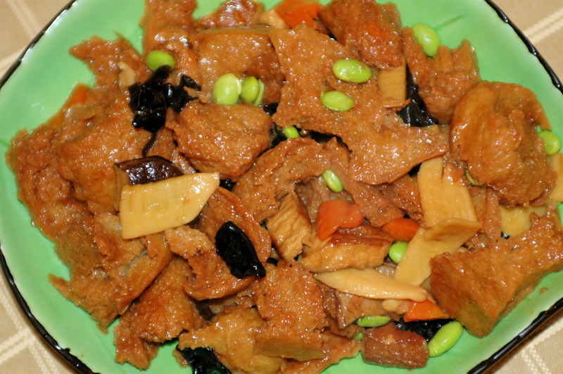 ... :烤麩、香菇、紅蘿蔔、木耳、豆乾、冬筍、毛豆